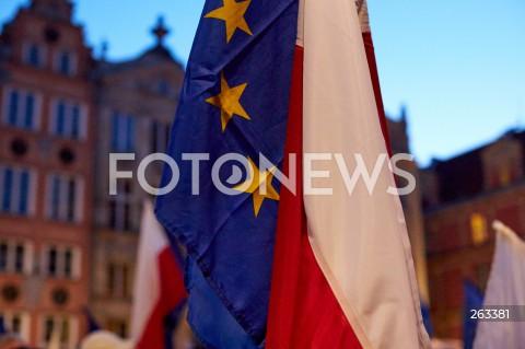 10.10.2021 GDANSK<br />PROTEST ZOSTAJE W UNII - ZORGANIZOWANY PO WYROKU TYBUNALU KONSTYTUCYJNEGO<br />N/Z FLAGA UNII EUROPEJSKIEJ I FLAGA POLSKI<br />