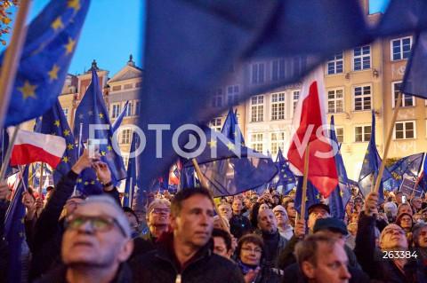 10.10.2021 GDANSK<br />PROTEST ZOSTAJE W UNII - ZORGANIZOWANY PO WYROKU TYBUNALU KONSTYTUCYJNEGO<br />N/Z FLAGI UNII EUROPEJSKIEJ, FLAGI POLSKI<br />