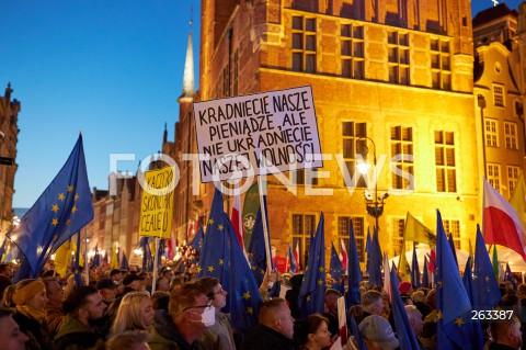 10.10.2021 GDANSK<br />PROTEST ZOSTAJE W UNII - ZORGANIZOWANY PO WYROKU TYBUNALU KONSTYTUCYJNEGO<br />N/Z TRANSPARENT KRADNIECIE NASZE PIENIADZE ALE NIE UKRADNIECIE NASZEJ WOLNOSCI FLAGI UE FLAGI POLSKI<br />