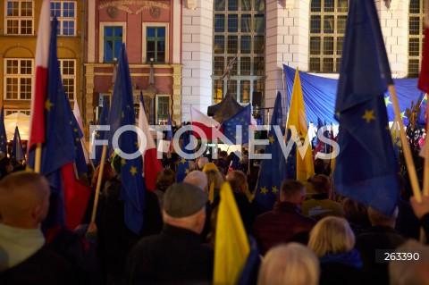 10.10.2021 GDANSK<br />PROTEST ZOSTAJE W UNII - ZORGANIZOWANY PO WYROKU TYBUNALU KONSTYTUCYJNEGO<br />N/Z MANIFESTUJACY FLAGI UNII EUROPEJSKIEJ FLAGI POLSKI<br />