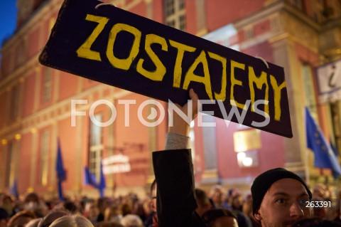 10.10.2021 GDANSK<br />PROTEST ZOSTAJE W UNII - ZORGANIZOWANY PO WYROKU TYBUNALU KONSTYTUCYJNEGO<br />N/Z TRANSPARENT ZOSTAJEMY ( W UNII EUROPEJSKIEJ )<br />